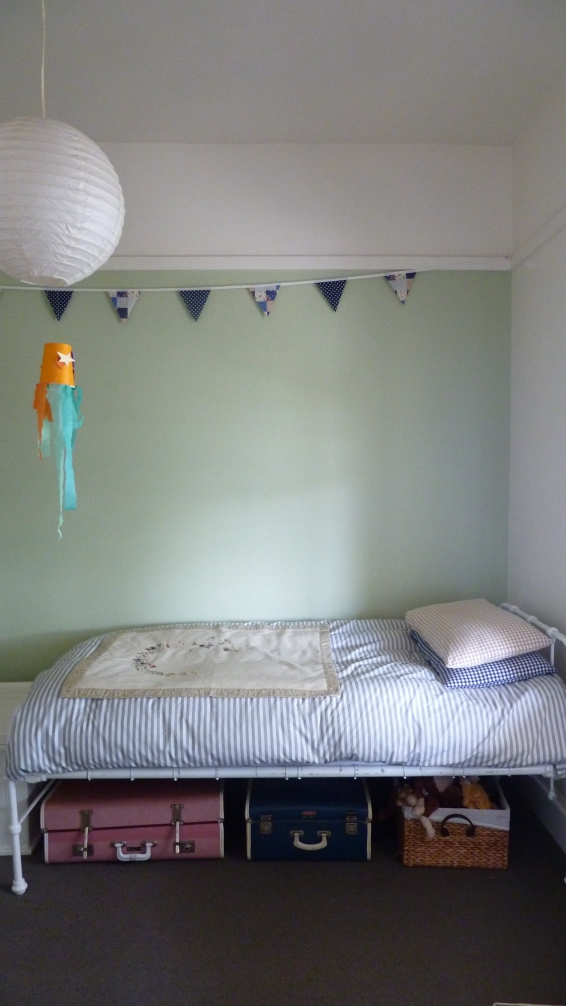 I can tidy G's room so that it looks pretty cute...